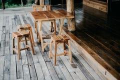 椅子和木桌 库存图片