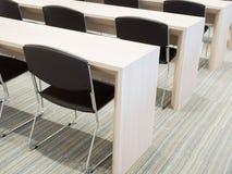 黑椅子和木头桌 免版税图库摄影