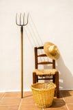 椅子和柳条筐和柳条帽子 库存图片