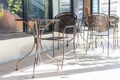 椅子和桌咖啡咖啡馆或桌寒冷室外在商店 库存照片