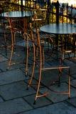 椅子和桌在一个室外咖啡馆 库存照片