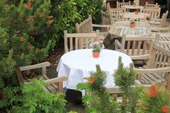 椅子和桌在一个室外咖啡馆 免版税图库摄影