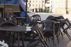 椅子和桌在一个闭合的咖啡馆 免版税库存图片