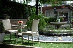 椅子和桌在咖啡店 免版税库存图片