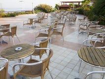 椅子和桌在夏天室外大阳台咖啡馆 免版税库存图片