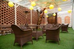 椅子和桌在草 免版税图库摄影