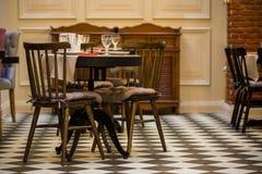 椅子和沙发在一个咖啡馆在玻璃桌上  库存照片