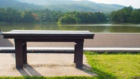 椅子和湖 免版税库存图片