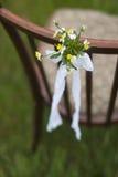 椅子和美丽的小的花 免版税图库摄影