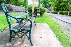 椅子和路在公园 免版税库存图片