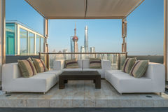 椅子和长沙发沙发在从高层屋顶的休息室提供 库存照片