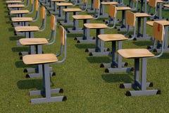 椅子在一个室外地点在绿色草坪 免版税库存照片