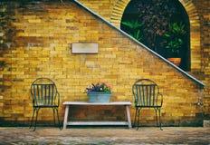 椅子在后院 库存图片