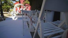 椅子在婚礼的 婚礼花曲拱装饰 用花装饰的婚礼曲拱 室外 股票录像