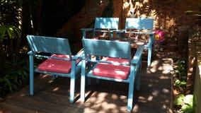 椅子在庭院里, 免版税库存照片