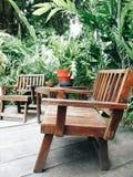 椅子在庭院里 免版税库存图片