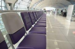 椅子在机场,空位,长的行 免版税库存图片