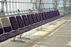 椅子在机场,空位,长的行 库存图片
