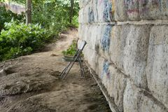 椅子在桥梁下 库存照片