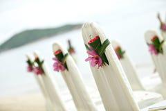 椅子在热带海滩的设定婚礼 免版税库存图片