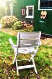 椅子在秋天后院庭院里 库存图片