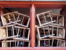 椅子在窗口,马拉加,西班牙里 库存照片