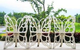 椅子在蝴蝶庭院里。 免版税库存图片
