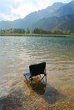 椅子在Lago Cavazzo 免版税库存图片