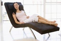 椅子坐的休眠的妇女 免版税库存图片