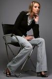 椅子坐的妇女 免版税库存照片