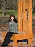 椅子坐的妇女 免版税库存图片