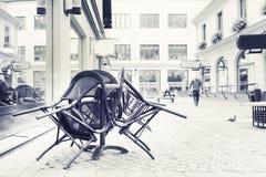 椅子夏天一起被堆积的街道咖啡馆 免版税库存照片
