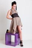 椅子女孩现代摆在的工作室样式时髦 免版税库存照片