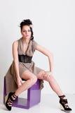 椅子女孩现代摆在的工作室样式时髦 库存图片