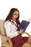 椅子女孩震惊的读取学校 免版税库存图片