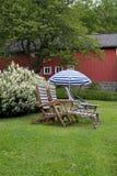 椅子庭院柚木树 免版税库存照片