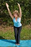 椅子成熟姿势女子瑜伽 图库摄影