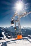 椅子或滑雪电缆车在多雪的高山 库存图片