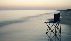 椅子折叠的海边 免版税库存照片