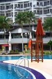 椅子救生员游泳池边 免版税库存图片