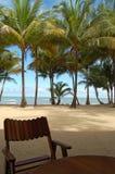 椅子有横跨加勒比海的海滩前的看法 图库摄影