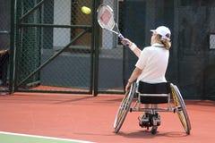 椅子残疾人网球轮子妇女 免版税库存照片