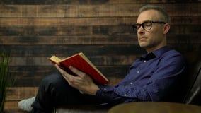 椅子的人读一本精装书 影视素材