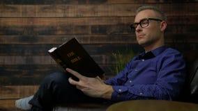 椅子的人读圣经 股票视频