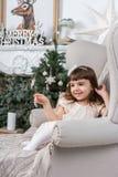 椅子的俏丽的女孩 免版税库存图片