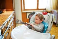 椅子的可爱宝贝男孩在厨房里 童年的概念 图库摄影
