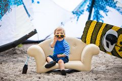 椅子的可爱的kiteboarder男孩 免版税库存照片