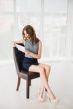 椅子的女商人 库存照片