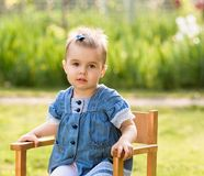 椅子的女婴 图库摄影