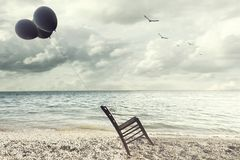 椅子的超现实的图象在平衡举行了通过飞行气球 图库摄影